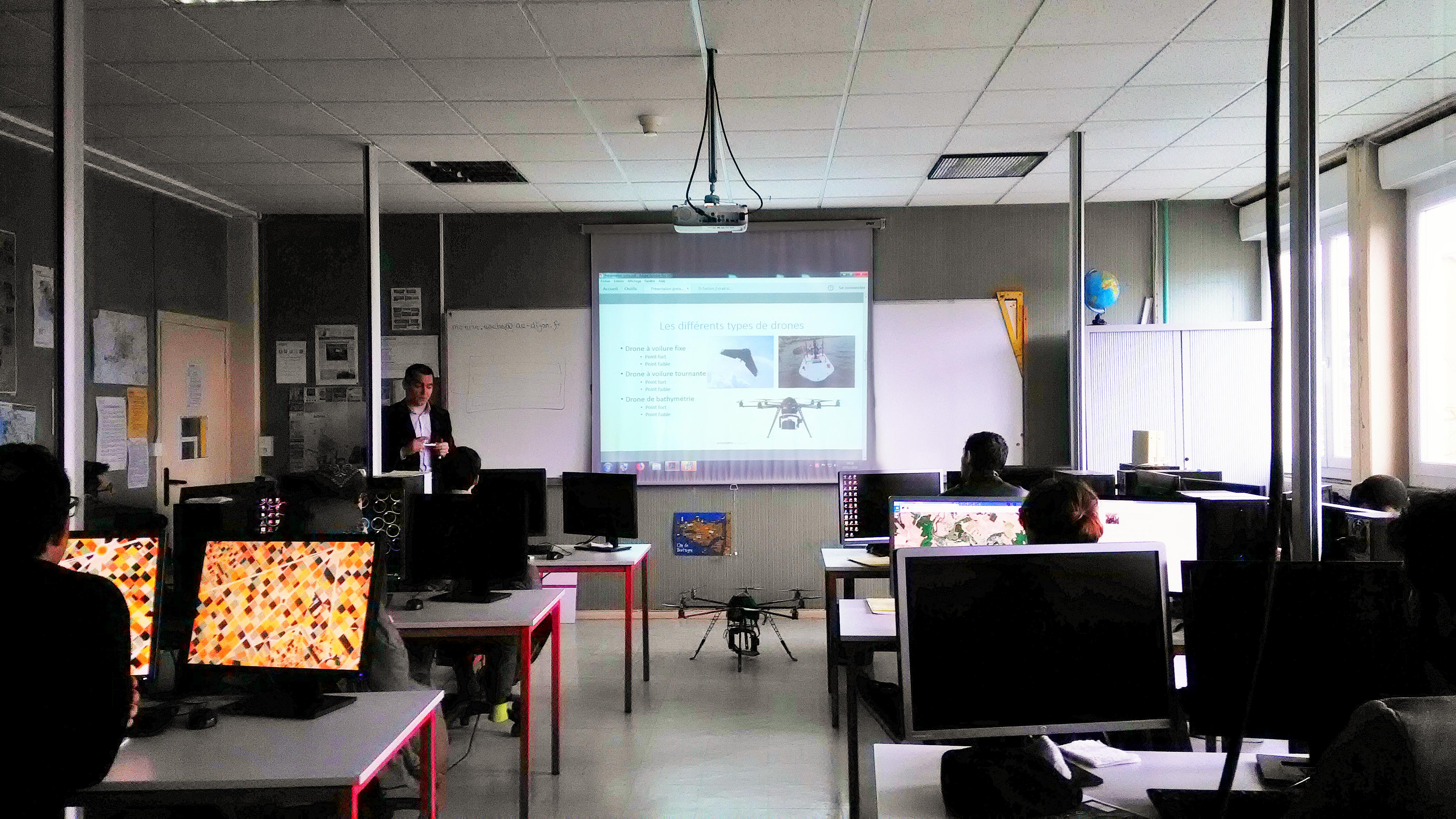 Mr Horton de l'entreprise D-TECTION explique aux stagiaires de la formation Technicien Supérieur en Système d'Information Géographique l'intérêt des drones pour sa société