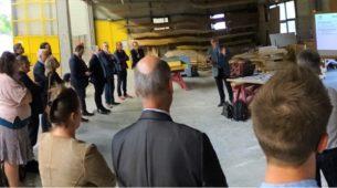 Praxikit : L'assemblée attentive aux explications de Fabrice Poupon, Inspecteur de l'Éducation nationale
