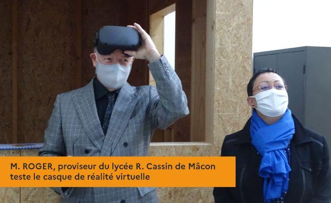 M. ROGER, proviseur du lycée R. Cassin de Mâcon teste le casque de réalité virtuelle