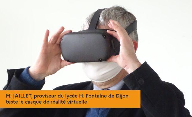 M. JAILLET, proviseur du lycée H. Fontaine de Dijon teste le casque de réalité virtuelle